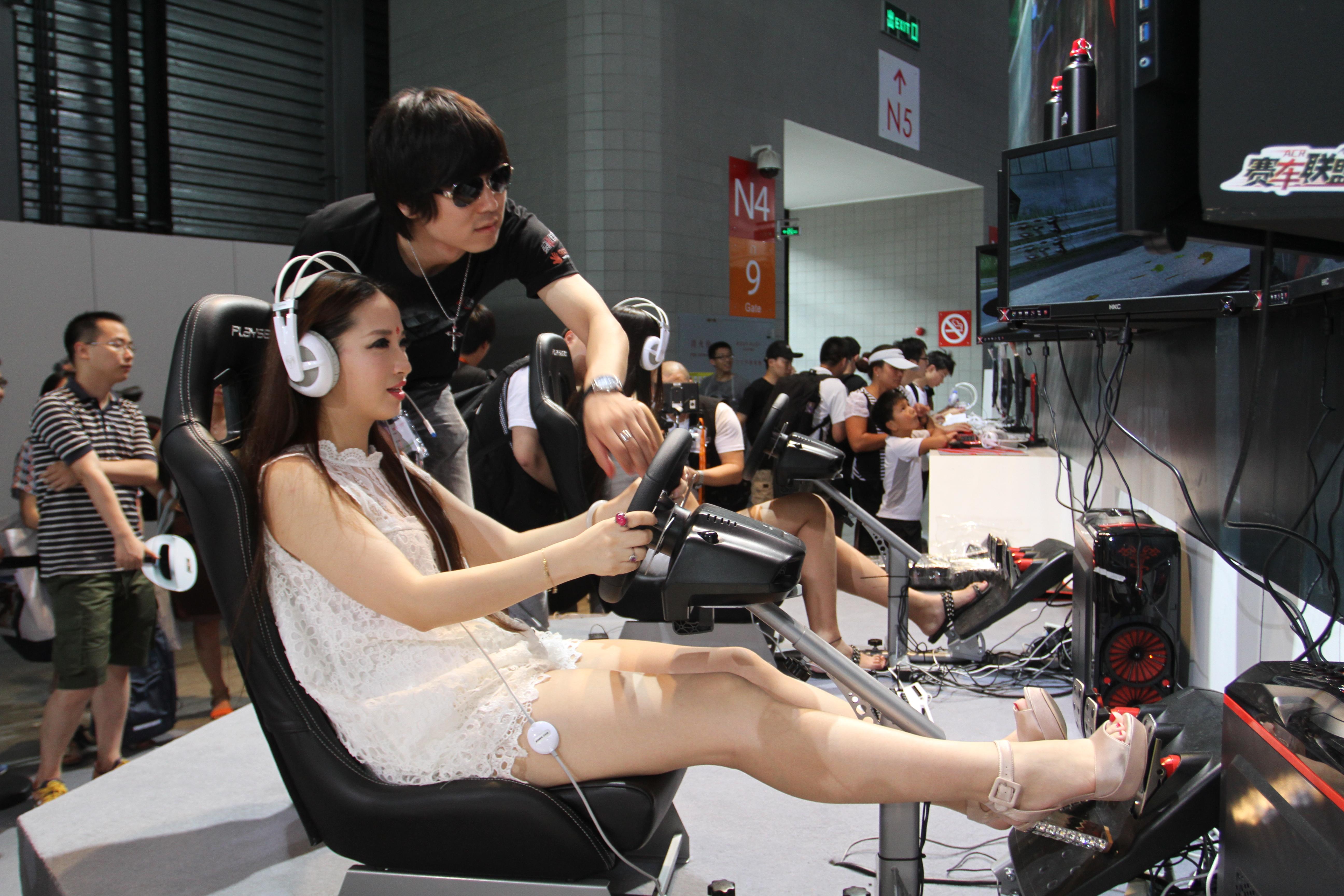美女玩家在体验《赛车联盟》