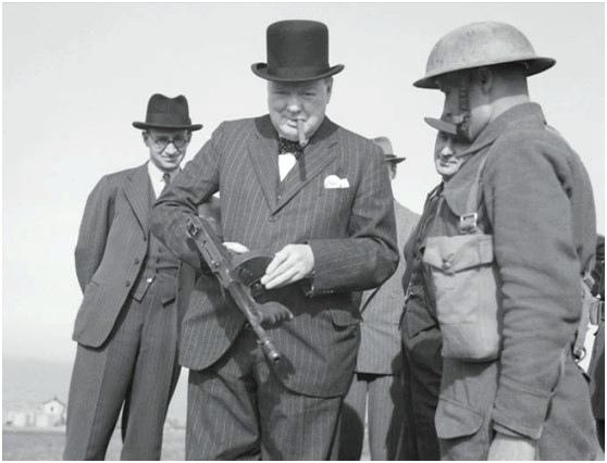 丘吉尔首相与汤普森冲锋枪