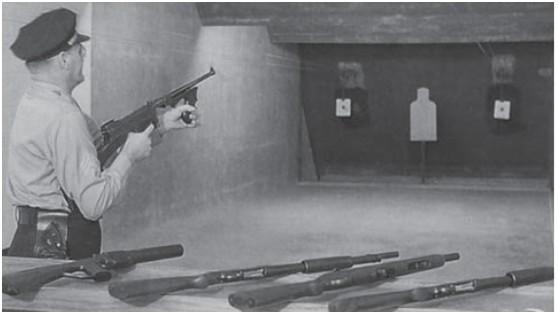 美军在测试M1921型汤普森冲锋枪