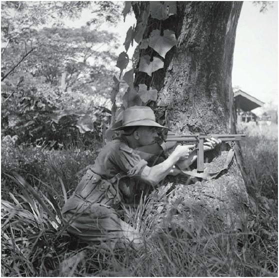 1944年进攻缅甸的战斗中,M1型汤普森冲锋枪在丛林里发挥了巨大的作用