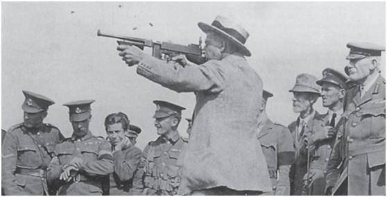 英国人正在测试M1921汤普森冲锋枪