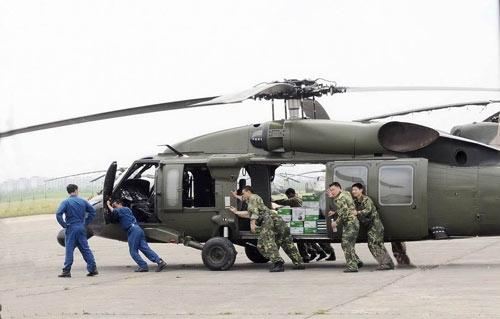 汶川地震中的黑鹰直升机