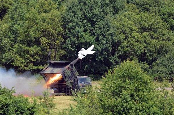德国陆军KZO(KleinfluggeratZielartung,目标定位小型飞机)是以前MBBTucan(犀鸟)系列无人机的派生机型。用来对敌军进行实时的、白天和夜晚的观察。它是一种无水平尾翼的下单翼飞机,并具有一个推进引擎和用于集装箱保存和运输的折叠机翼,采用热空气融冰。没有起落架,机头被配置成可安装各种模块化有效载荷。如蔡斯OPHELIOS12微米防抖型白天。夜间(FLIR)传感器或者合成孔径雷达,以及可选的用于推迟飞行中传送的回放录音机,能够在不能进行实时数据传送时保存数据。传感和实时数据传