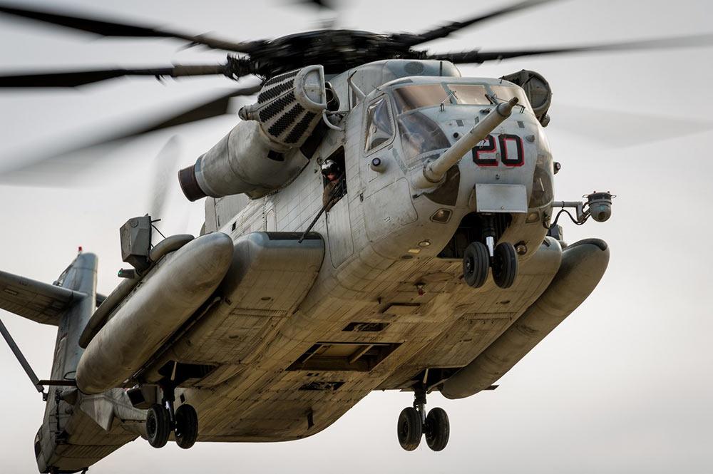 海军陆战队的ch-53e超级种马直升机在综合训练中降落.