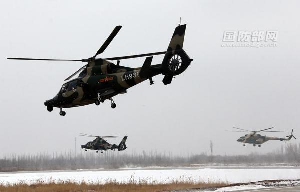 新疆军区陆航旅雾中进行编队飞行训练