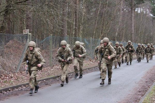 """英国陆军士兵训练 """"标枪""""导弹随便射"""