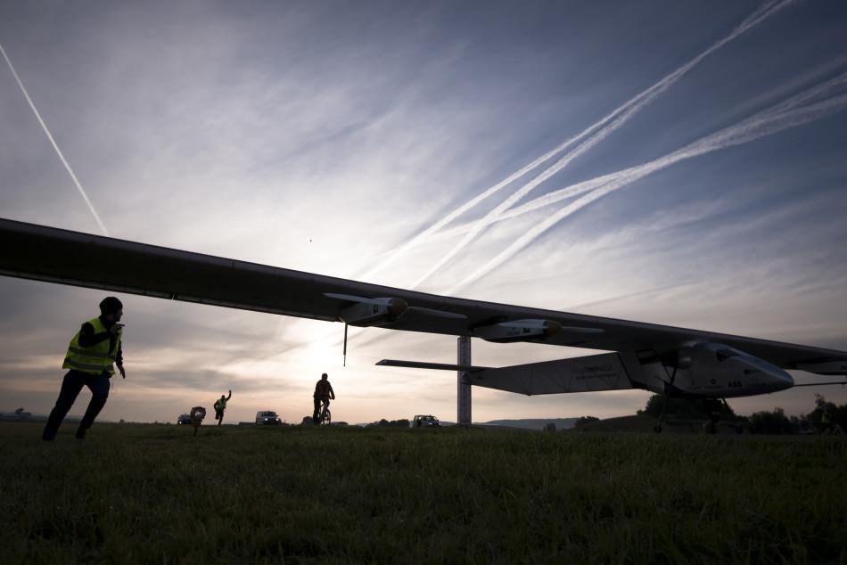 世界最大太阳能飞机开启环球飞行 途经中国