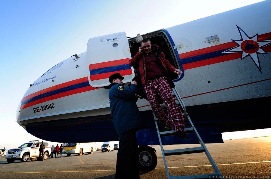 别-200水上飞机运送遇难船员家属抵达海参崴