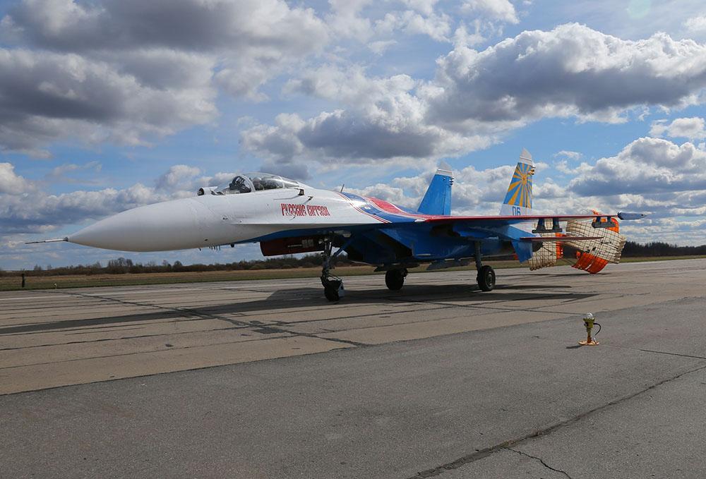 2015年4月25日,俄罗斯圣彼得堡,俄罗斯勇士飞行表演队参加了一个航空展会,支持俄罗斯征兵工作。成千上万的民众来到芬兰湾参观,此番展示是无数飞行员、工程师、地勤人员的辛勤工作换来的,在这些照片里,你能看到在展会前后他们是如何工作的。