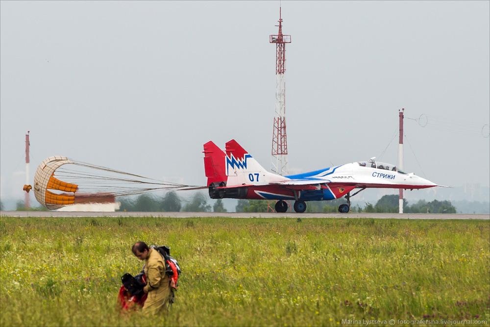 """表演结束之后平稳落地的""""雨燕""""飞行表演队的表演用机米格-29"""