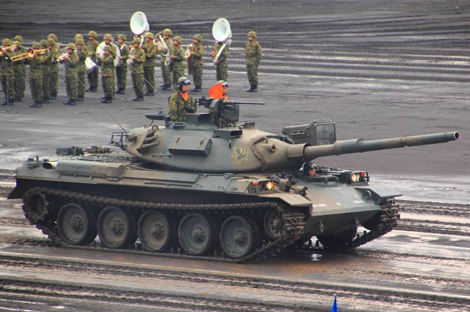 日本 自卫队阅兵_日本陆自举行阅兵 或为回应台湾国防力量展示_空中网军事频道