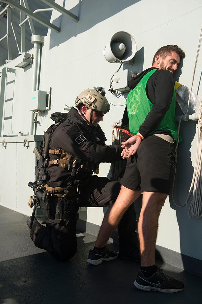 加拿大皇家海军特种部队演练登船检查逮捕嫌犯