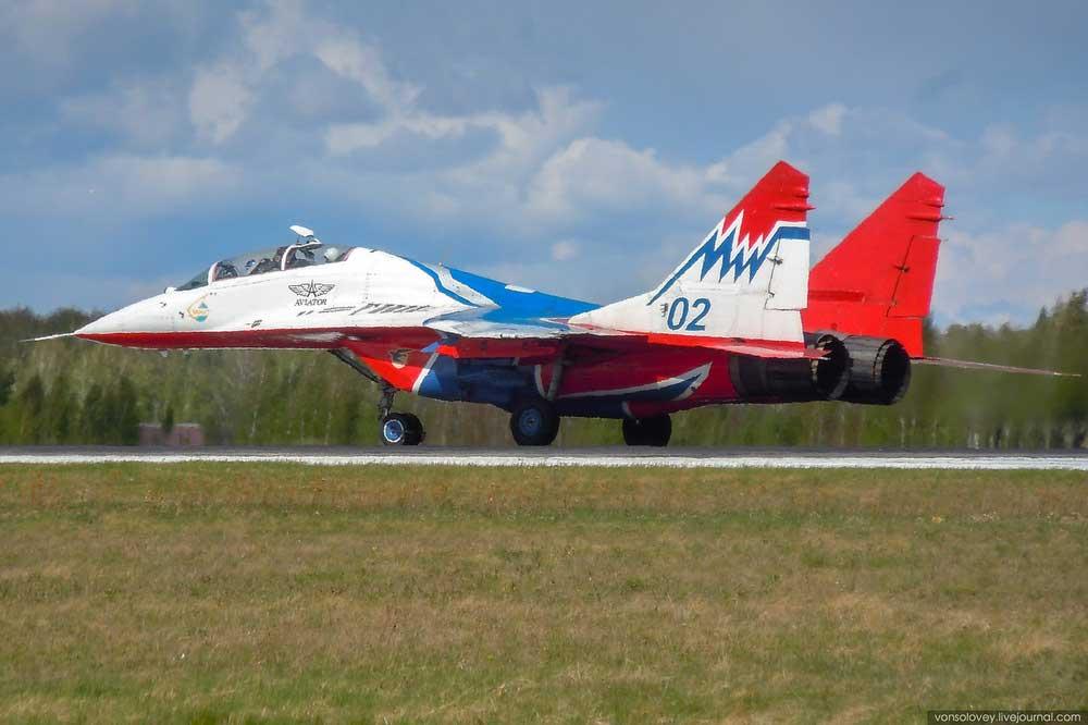 俄罗斯雨燕飞行表演队 连续转场后返回库宾卡基地