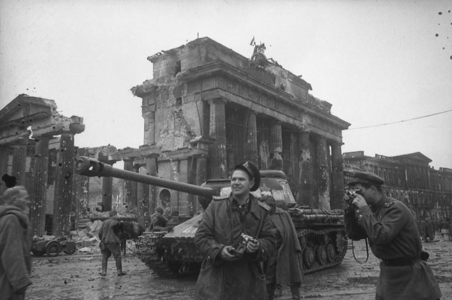 老照片记录的攻克柏林图片