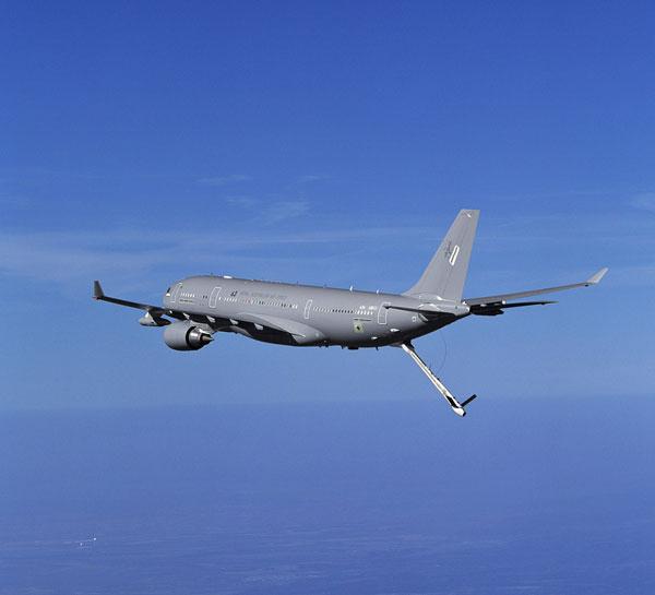 后机身下还设有一套为大型飞机加油的硬式伸缩套管