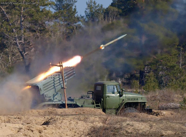 中国装甲侦察车视频_全是手动 给火箭炮装弹不容易_空中网军事频道