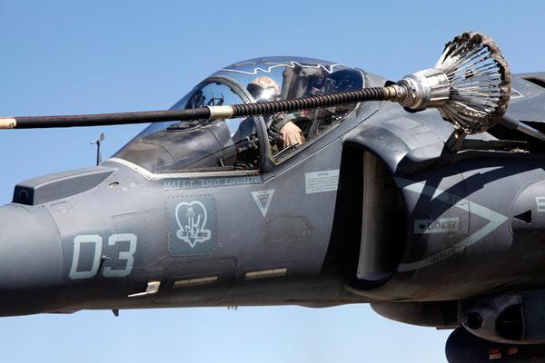 军事资讯_av-8b鹞式战斗机进行空中加油_空中网军事频道