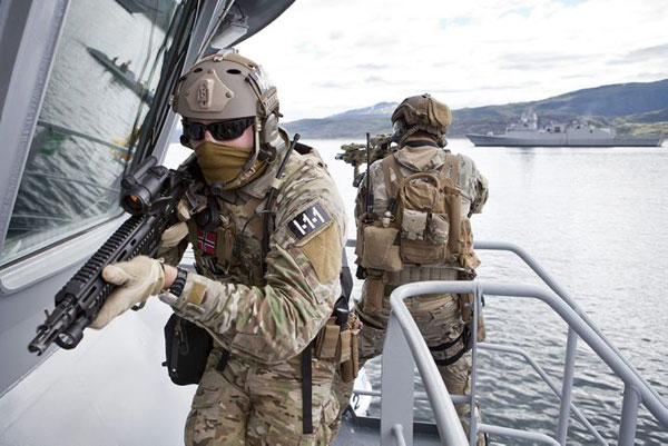 挪威海军陆战队舰上搜捕训练