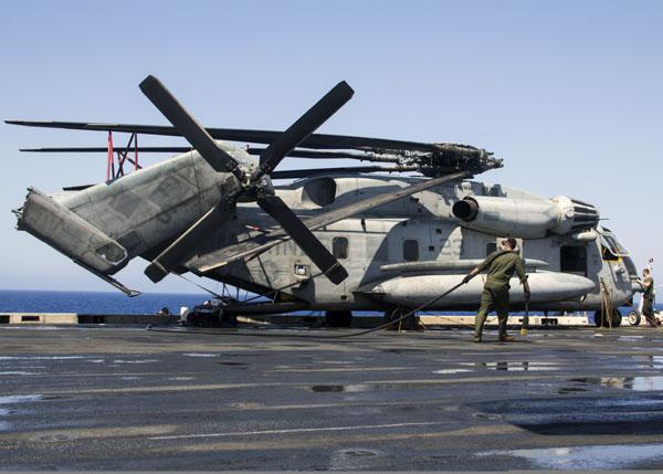 军事资讯_美国海军陆战队保养ch-53e重型运输直升机_空中网军事