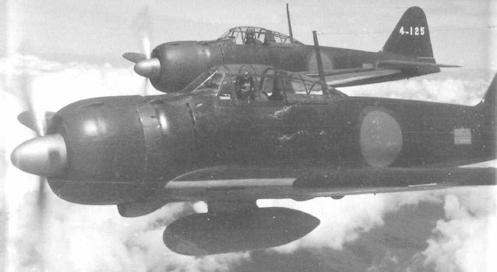 战斗中,中国空军的一架飞机不幸中弹,但这名英勇的飞机员没有跳伞求生