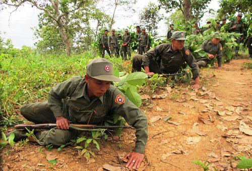 中国人民钓鱼军图片_老挝特种兵用泥伪装全身_空中网军事频道