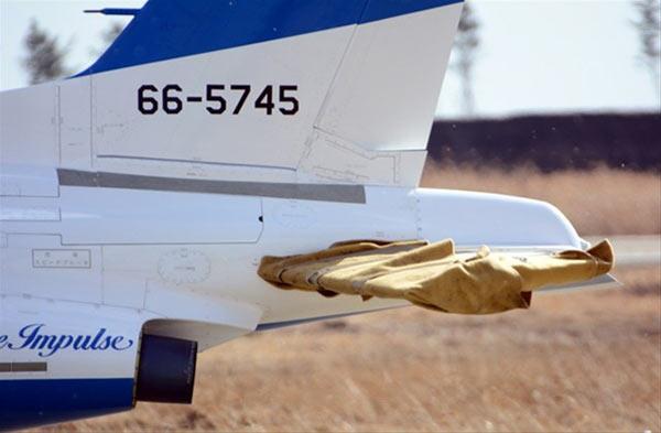 """1月29日中午11点25分左右,日本宫城县东松岛市航空自卫队松岛基地""""蓝色冲击波""""飞行表演队的两架T-4教练机在基地东南约45公里的太平洋上空训 练时发生碰擦,731号机机鼻与745号机左水平尾翼接触造成损伤。两架飞机随后立即在基地内着陆,没有人员受伤。有意思的是,肇事的731号机正是 2013年5月12日日本首相安倍晋三穿军服登上炫耀武力的飞机。   据航空自卫队透露,两架飞机机头有部分凹陷,机身受到损伤。当时一架飞机中有2人,另一架飞机中有1人。包括发生碰擦的两机在内,训"""