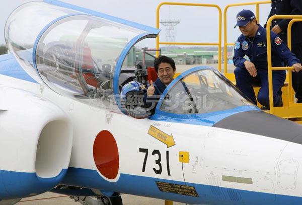 5月12日日本首相安倍晋三穿军服登上炫耀武力的飞机