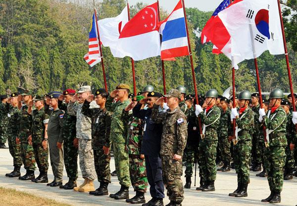 """2014年""""金色眼镜蛇""""多边联合演习昨起在泰国彭世洛府开幕。此次演习为期13天,将持续至23日全部结束。来自泰国、美国、中国、韩国、印尼等8个国家的军事人员将参与其中,这是中国军队首次派出实兵参演""""金色眼镜蛇""""演习。今年已经是第33次举办""""金色眼镜蛇""""这一联合军演。应主办方邀请,中国军队首次派出17人分队赴泰参演。据悉,中方参演分队以广州军区为主抽组,参加演习的人道主义救援行动演练部分,主要参演科目包括指挥协调中心工作和室内推演"""