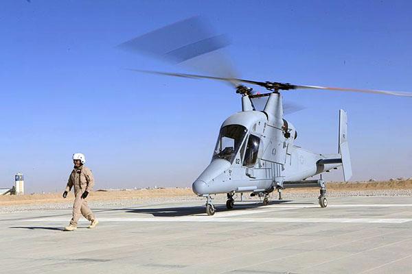 """美军在阿富汗测试K-MAX无人直升机   据新加坡《联合早报》6日报道,美国海军正在测试更先进但更简易操作的无人驾驶直升机,任何一名毫无飞行经验的海军人员只需接受几分钟的训练,就可利用平板电脑操控运输直升机的升降。遥控飞行需要一套专门的软件和45公斤重的感应器。海军研究部门主任克隆德海军少将说,目前为此所开发的感应器与软件是""""真正的先进科技""""。遥控直升机能够独自飞行,操控人员只需输入简单的资料,就可以执行任务。   克隆德说,试验计划是要为战场上的部队人员提供运输补给的工具,从而"""