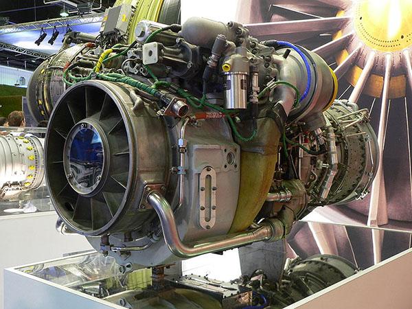 """美军目前使用的通用电气T-700涡轴发动机   经过多年的伊拉克和阿富汗战争,美军已经感到""""黑鹰""""和""""阿帕奇""""直升机作战能力的不足,但其配装的T700发动机已基本挖掘出最大的性能潜力,要继续提高直升机的性能只能研制全新的动力系统。因此,美国陆军于2007年启动了先进经济可承受涡轮发动机(Advanced Affordable Turbine Engine,AATE)技术预研计划。该计划隶属于通用经济可承受先进涡轮发动机(VAATE)计划,美国政府投入了34"""