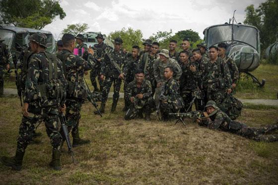 菲律宾陆军士兵与美军进行快速机降训练