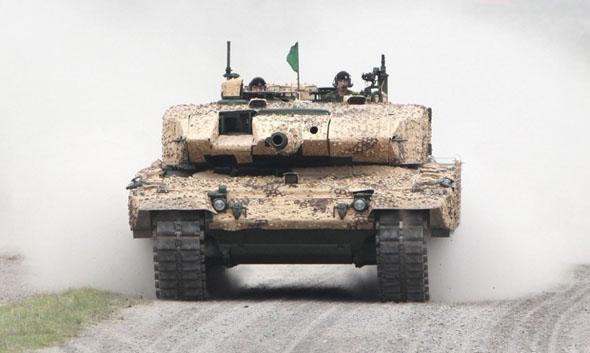"""作为德国国防工业的""""拳头产品"""",""""豹""""式坦克迄今已装备了多个国家的军队,是一款典型的""""国际化战车""""。据英国《简氏防务周刊》报道,沙特阿拉伯此次购买的""""豹""""-2A7+主战坦克是""""豹""""式家族中的最先进型号。 页数:"""