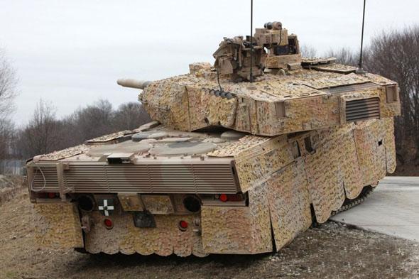 """显然,最新式的""""豹""""-2A7+坦克不仅达到了防护性和火力的最佳结合,还能在沙漠及城市战场等环境下游刃有余。沙特陆军装备最新""""豹""""-2坦克后,其整体作战能力有望得到大幅度提升。鉴于""""豹""""式坦克具备与时俱进的巨大潜力,其未来的出口前景仍将十分可观。"""