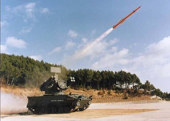 """说起韩国LG·伊诺特公司,许多朋友大概是从家用电器或者手机上认识它的,殊不知它也是韩国一家响当当的军火商。如今,它生产的精密制导武器担负着取代美式装备、实现""""自主国防""""的重任。""""天马""""导弹是LG·伊诺特公司近年推出的新产品。各子系统均采用模块化设计,结构非常紧凑。""""天马""""的所有设备都集中在一辆履带式底盘上,集搜索、跟踪、发射和火控于一车,使一辆车就成为一个火力单元,具有高度机动性和很强的生存能力,能够"""