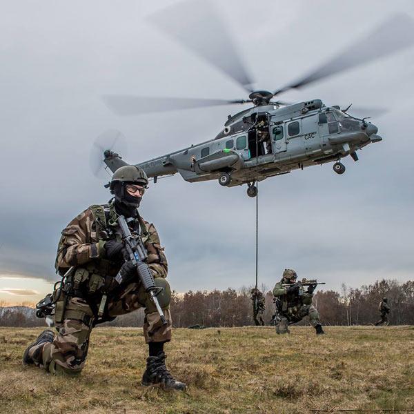 军事资讯_法国第四团特种部队乘直升机进行作战训练_空中网军事