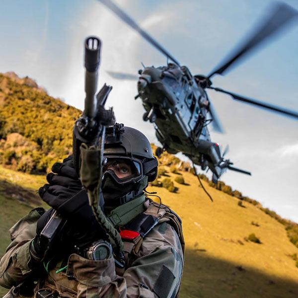 法国第四团特种部队乘直升机进行作战训练