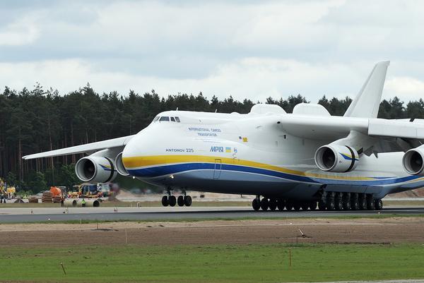 世界最大运输机安-225降落拉脱维亚里加机场_空中网军事频道