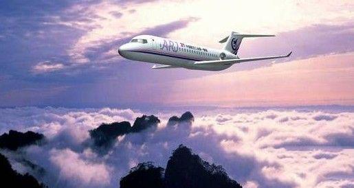 中国ARJ-21喷气客机交付运营 意义重大   2014年,ARJ21新支线飞机将正式投入运营,从此结束我国民用航线上没有国产喷气客机的历史。作为首家用户,成都航空公司正在全力做好飞机接收准备。按照研制计划,总装下线的两架飞机将于明年项目完成取证后交付成都航空公司。要实现这一目标,2014年ARJ21-700飞机项目要完成所有地面试验、取证试飞、符合性报告编制和审批等任务。据成都航空公司驻上海的一位负责人表示,交付的2架ARJ21-700新支线飞机预计将于2015年上半年飞。   ARJ-21:ARJ2