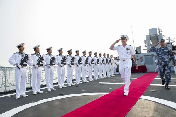 乔纳森·格林纳特上将登上中国海军580号大同舰参观