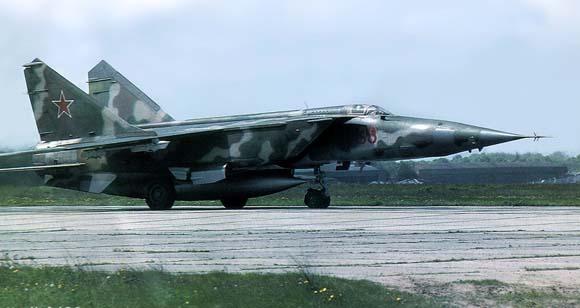 米格-25 的气动布局与以前的米格式飞机的传统风格有较大差别,采用中等后掠上单翼、两侧进气、双发、双垂尾布局型式。这是该设计局与苏联中央空气流体动力学研究院共同的研究成果。机翼的后掠角为42°,下反角 5°,相对厚度 4%,展弦比 3.2,翼面积 61.9 米2。翼面积满足在 20,000 米高空作巡航飞行的要求,而小展弦比和中等后掠角则为了保证机翼的刚度。原型机的机翼原来无下反,试飞后发现机翼有严重上反效应,遂改用 5° 下反角。由于布局方案的尾臂很短,为保证航向稳定性采用