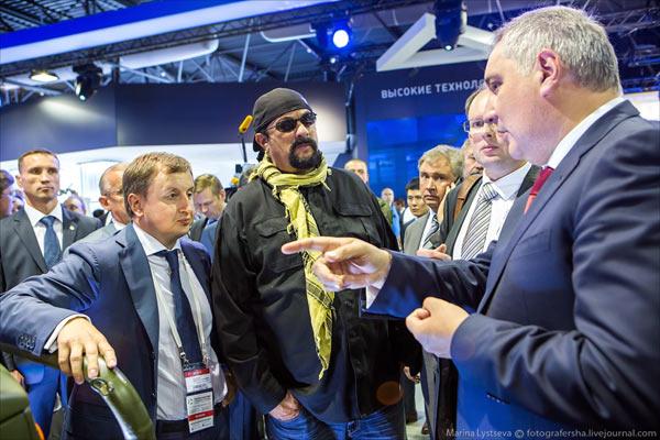 好莱坞影星史蒂芬·西格尔参观俄罗斯武器装备展
