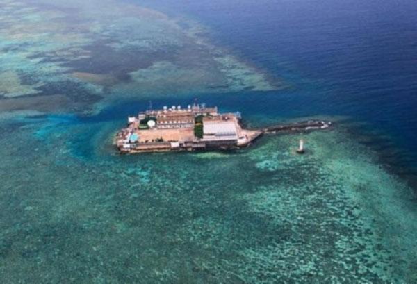 """据日本共同社11月22日报道称,英国《简氏防务周刊》刊登了中国在南沙群岛的永暑礁建设的""""新人工岛""""的照片。该人工岛长约3000米,宽约200多米。《简氏防务周刊》分析称""""这将是中国在南沙的第一条飞机跑道""""。 页数:"""