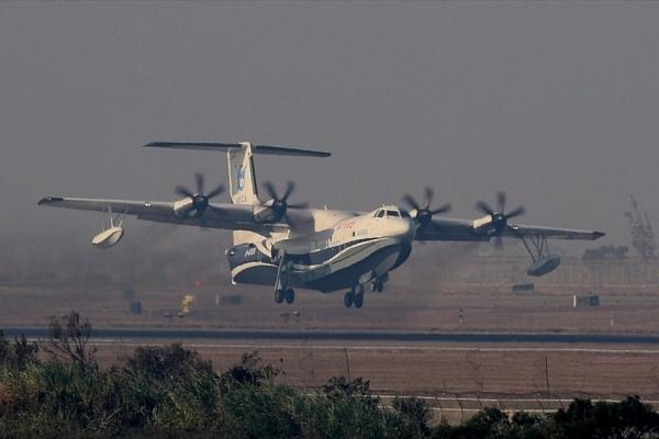 中国研发的全球最大水陆两栖飞机AG600   正所谓好事成双,单单C919的首飞成功难以充分证明中国在大飞机领域取得的长足进步。就在这个月,中国自主研制的AG600水陆两栖飞机在广东珠海首飞成功。该机不仅扭转了中国在大型水陆两栖飞机领域的研发弱势,更一跃而成全球在研的最大水陆两栖飞机。