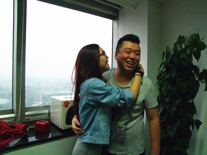 美女热吻壮行 预祝中国队旗开得胜 坦克世界