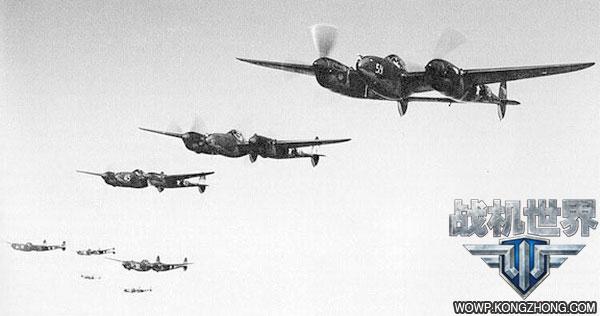 编队飞行中的p-38战斗机群