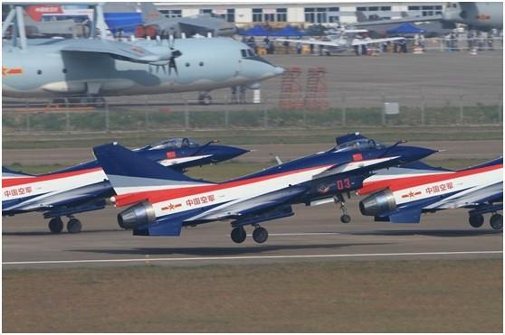 歼-10编队飞行表演