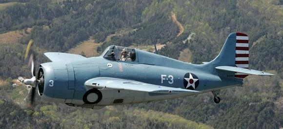 曾在太平洋战争中使用的F4F野猫战斗机,驾驶舱位置纵向排列着击落标志