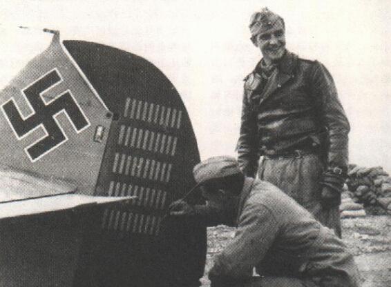 地勤人员正在为马尔赛尤的战机标绘第50个击落记录