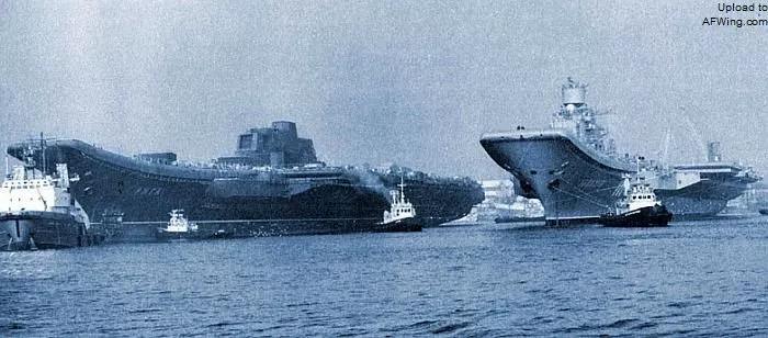在黑海造船厂合影的苏联海军元帅库兹涅佐夫号和瓦良格号重型载机